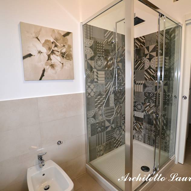Banheiros modernos por ARCHITETTO LAURA LISBO