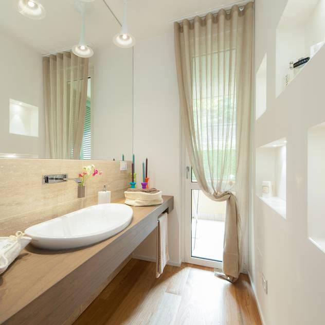 Banheiros minimalistas por Studio Associato Casiraghi