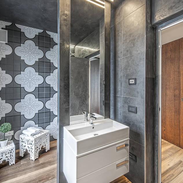 Banheiros modernos por SANTACROCEARCHITETTI