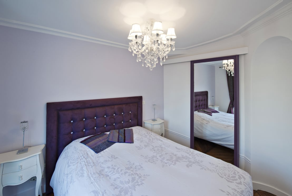 fables de murs une chambre classique avec miroir homify. Black Bedroom Furniture Sets. Home Design Ideas