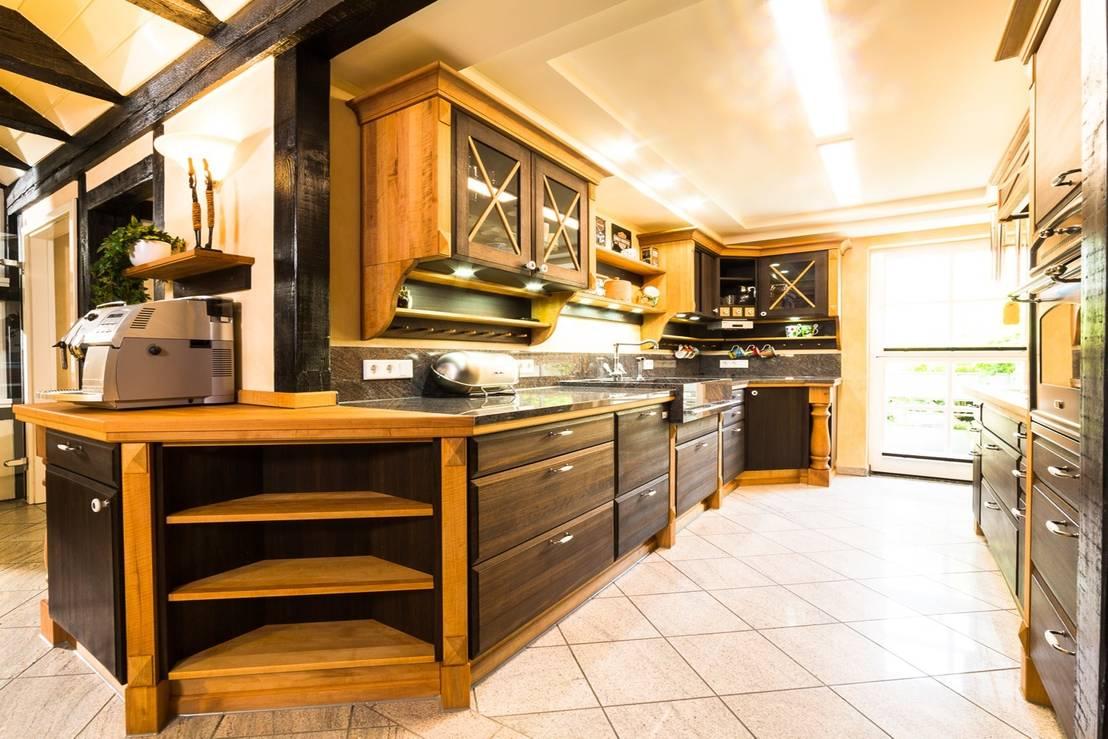 vollholzk che im kolonialstil by pfister m belwerkstatt. Black Bedroom Furniture Sets. Home Design Ideas