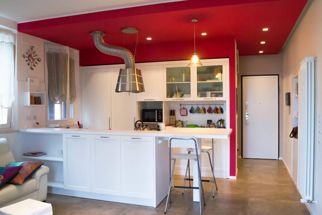 cucina laccata con penisola e specchiature di arredamenti