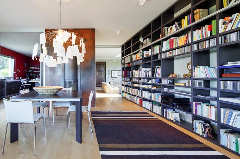 Come organizzare il soggiorno con una grande libreria a parete for Piani di libreria stile artigiano