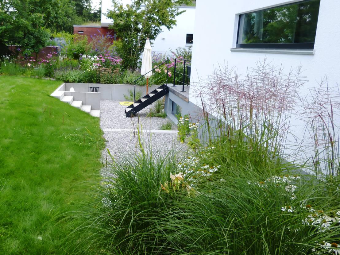 moderne gartengestaltung münchen gräfelfing by blumen & gärten, Garten und Bauen