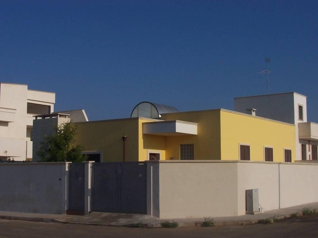 Abitazione a due livelli con giardino di gianluca vetrugno for Idee seminterrato a due livelli