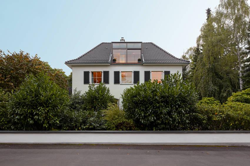villa am rhein stra enansicht por architekturb ro lehnen homify. Black Bedroom Furniture Sets. Home Design Ideas