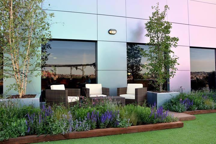 Terraza relax en marid de la paisajista jardines con for La paisajista