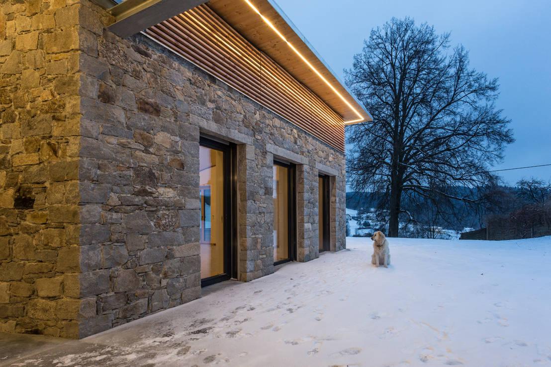 hausfassade aus naturstein und holz by jahn gew lbebau homify. Black Bedroom Furniture Sets. Home Design Ideas
