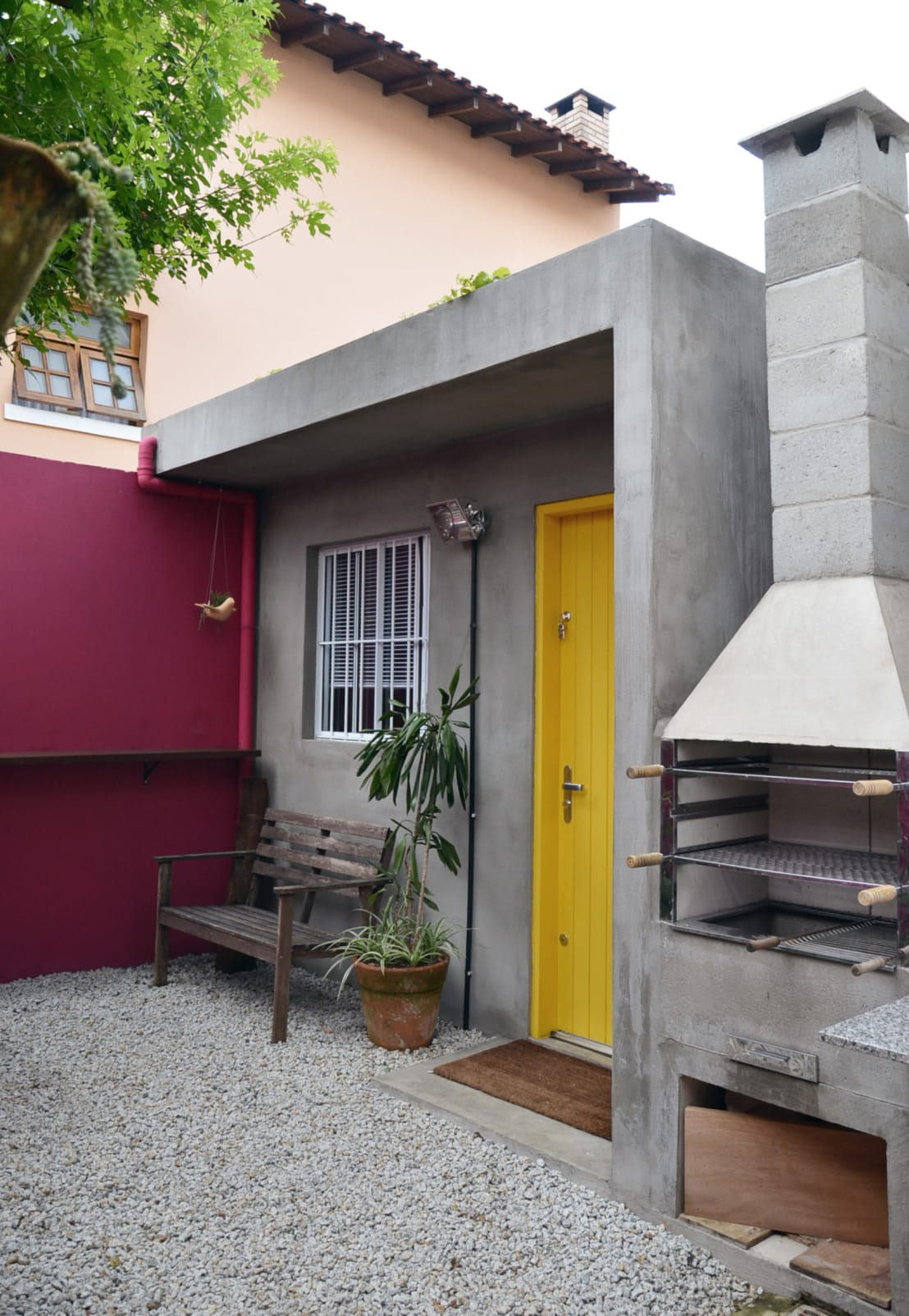 20 ideias para deixar fachadas pequenas mais atraentes for Fotos de patios de casas pequenas