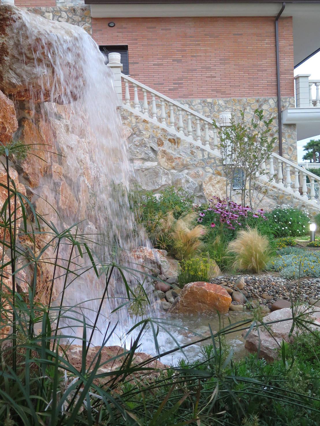 Jardin con cascada de landshaft homify for Cascadas de piedra para jardin