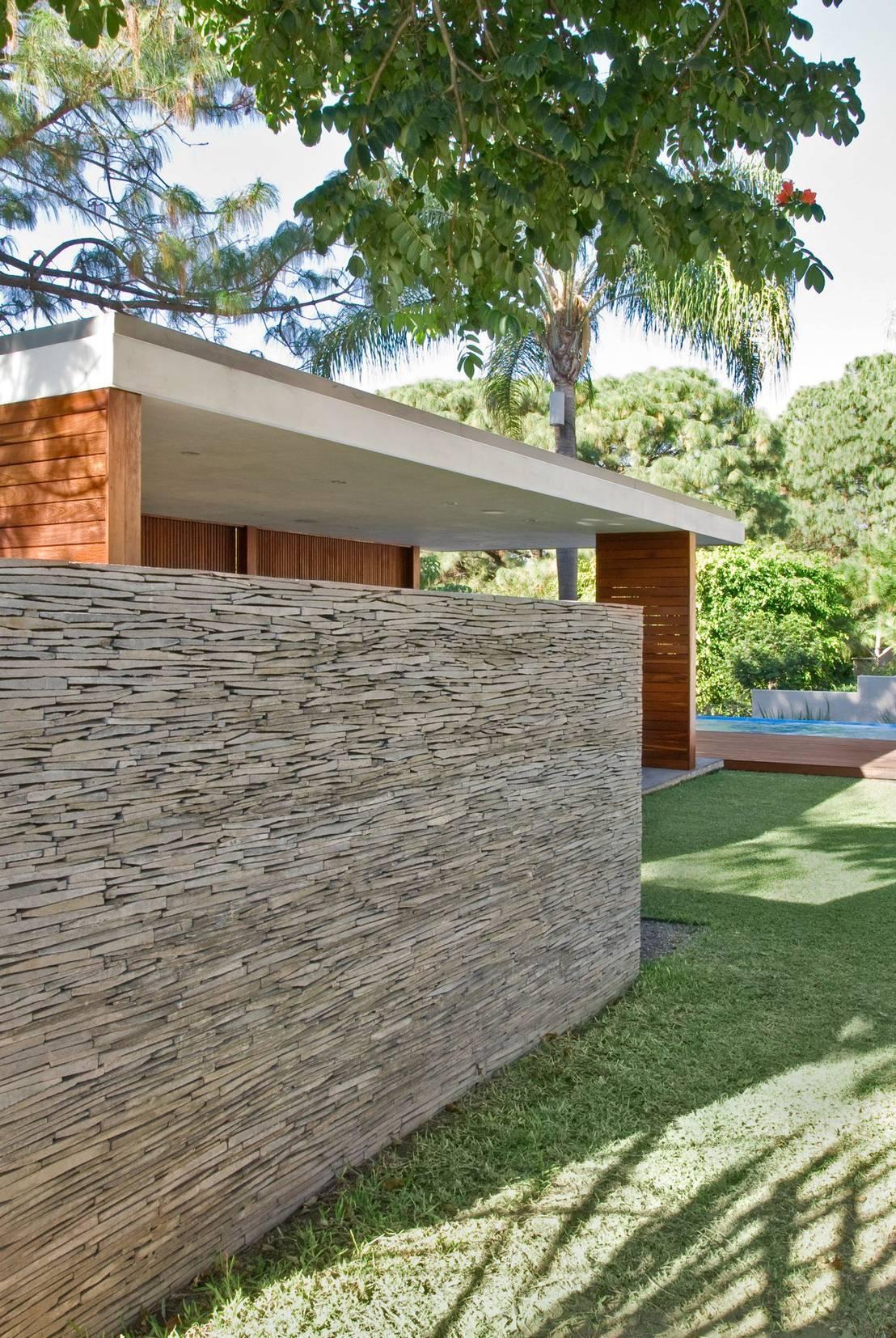 10 bardas de piedra que delimitar n tu terreno con estilo for Decoracion de jardines y muros exteriores