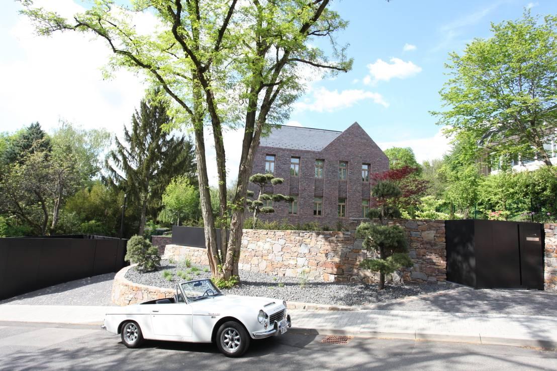 Modernes haus mit klassischer klinkerfassade by neugebauer for Modernes haus mit holzfenster