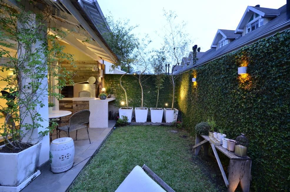 27 ideas para que tu peque o patio luzca acogedor for Como iluminar arboles en el jardin