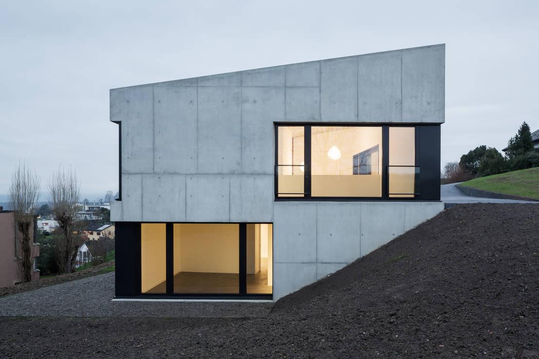Puristisch wohnen in beton for Modernes haus mit holzfenster