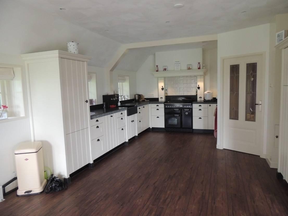 Keuken Landelijk Ramen : Een keuken in landelijke stijl met kleine kastdeuren baens