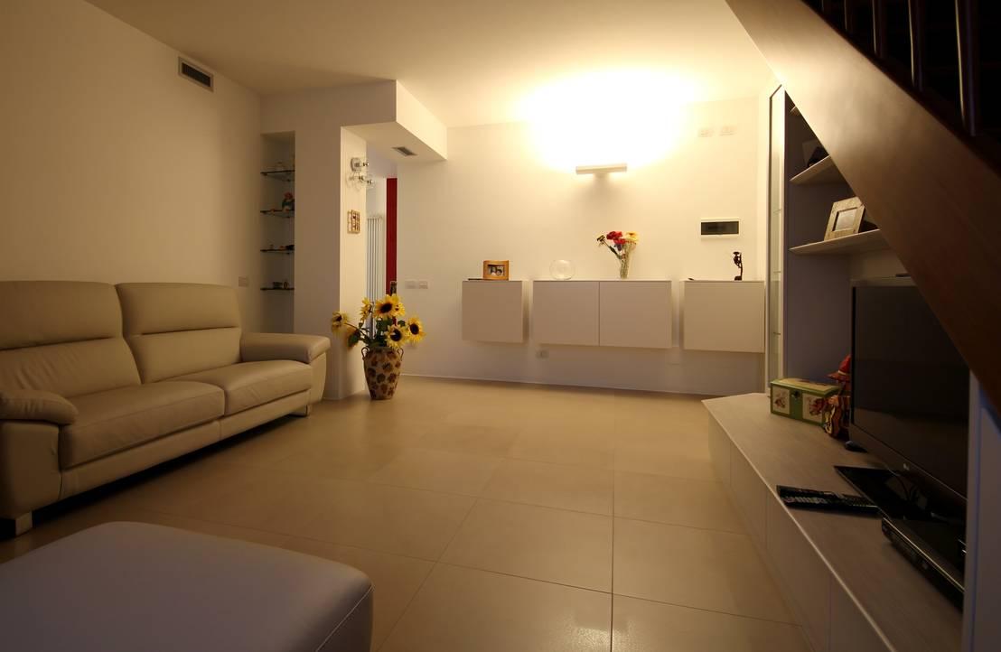 Da un soggiorno con una scala in legno si sale in mansarda for Soggiorno con scala arredamento