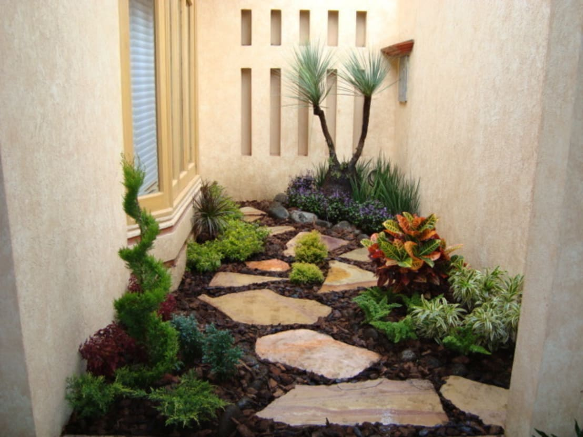 Jardin con laja y corteza de pino de vivero sofia homify for Ver jardines de casas pequenas