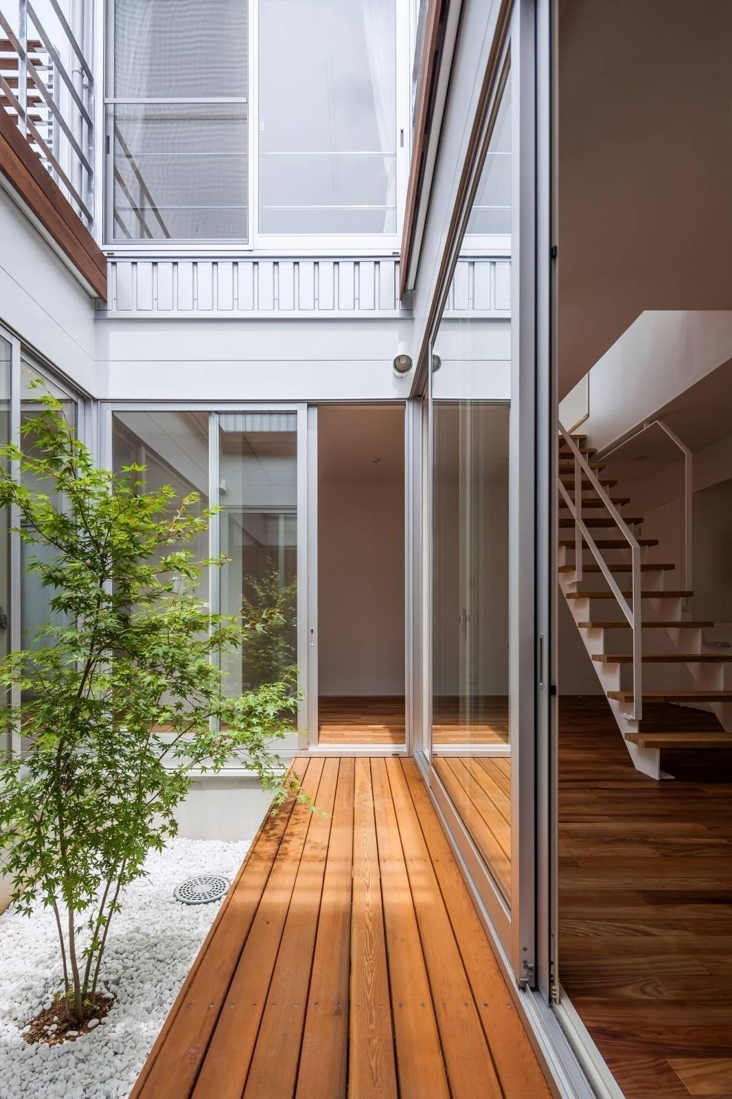 El patio interior como una estancia m s - Luces para patios ...