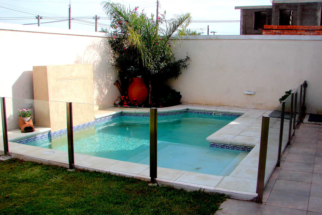 10 piscinas perfectas para una casa peque a for Decoracion de patios con piscina