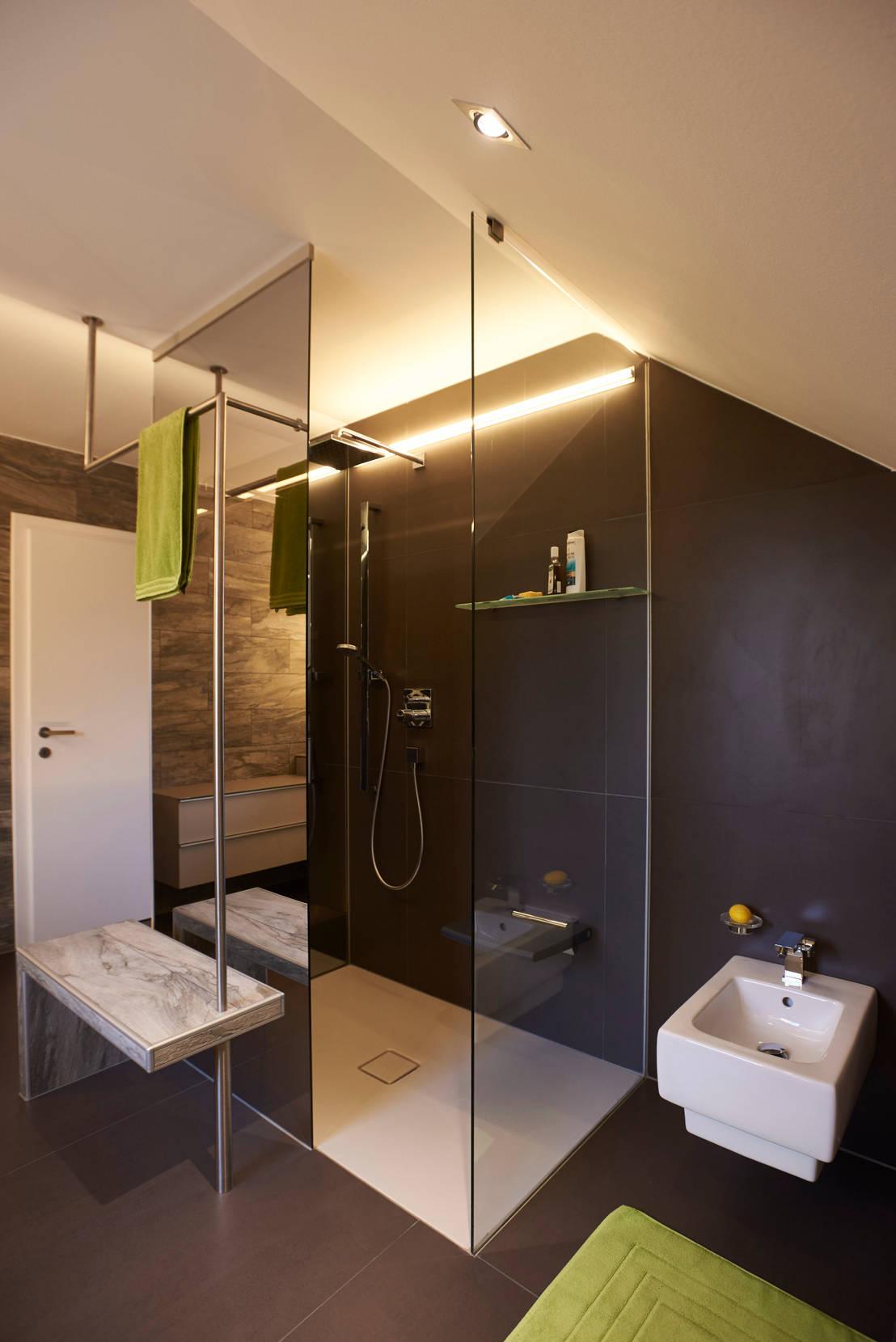 Modernes sowie funktionelles Badezimmer - moderne Materialien ...