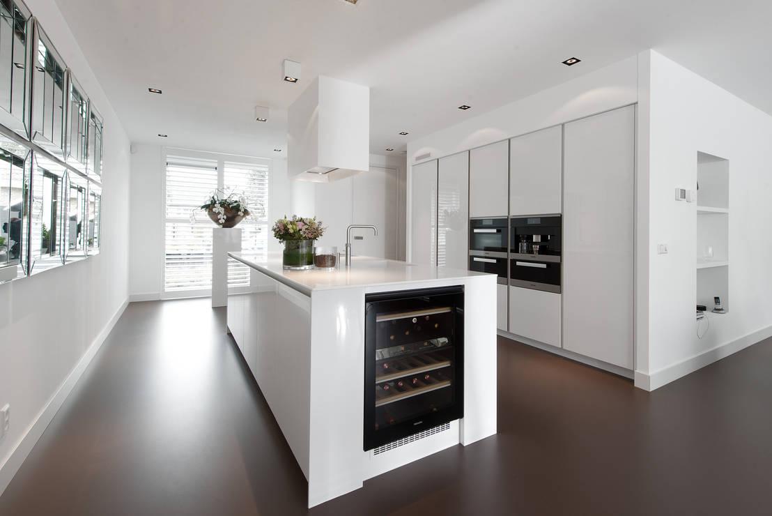 Moderne strakke greeploze witte Tieleman keuken by Tieleman Keukens   homify