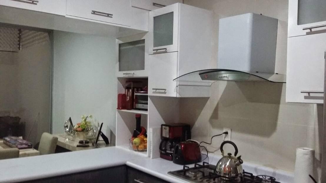 Cocina integral en un pequeño espacio. di FLO Arte y Diseño | homify