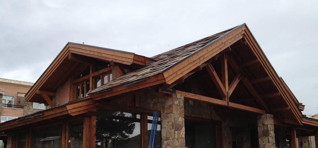 Exterior de casa de piedra con cubierta de madera de for Cubiertas para casas