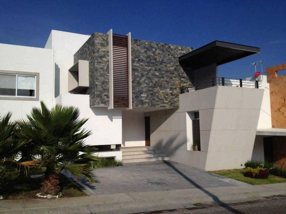 Casa de fachada moderna acogedora por dentro for Losetas para fachadas