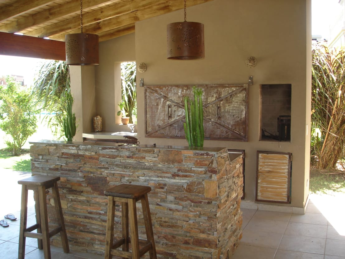 10 ideas de cocinas r sticas en el patio con parrilla for Decoracion en piedra para exteriores
