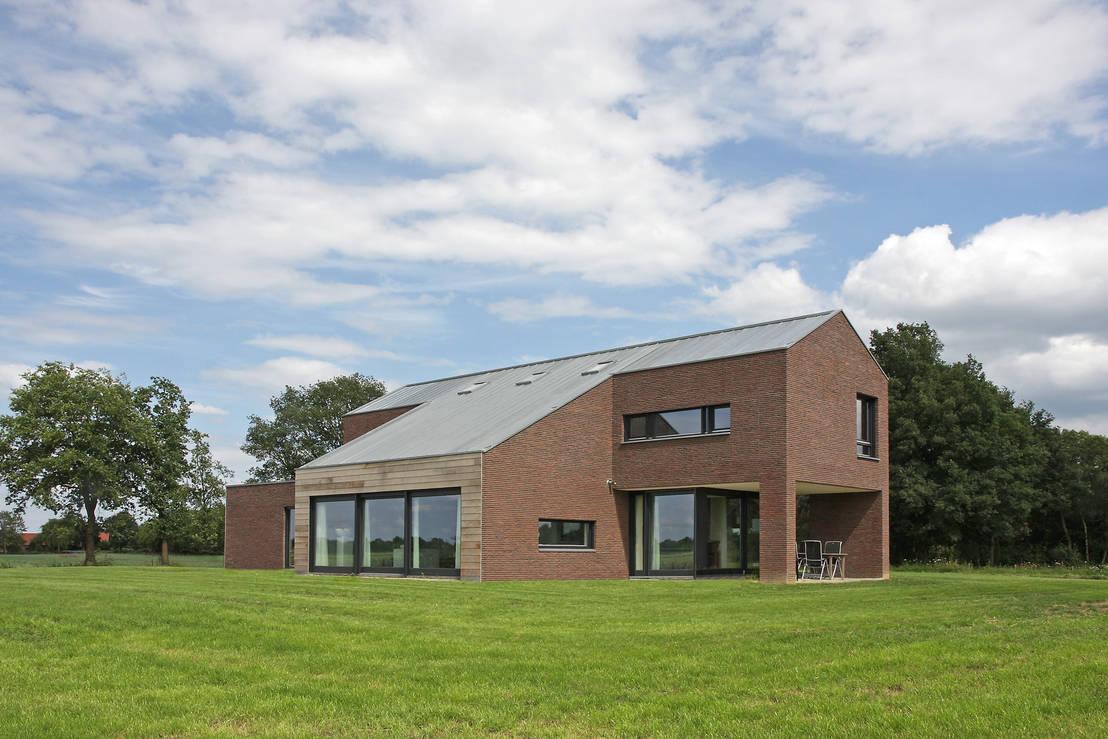 Moderne woning op een oud boerenerf - Moderne huis op een helling ...