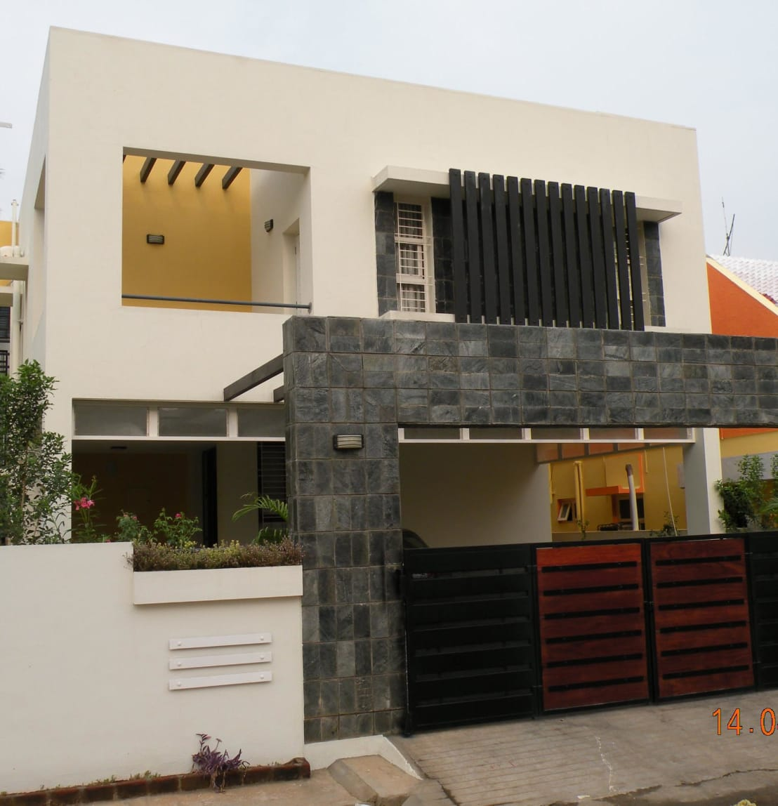 Front boundary wall designs houses for Wall gate design homes