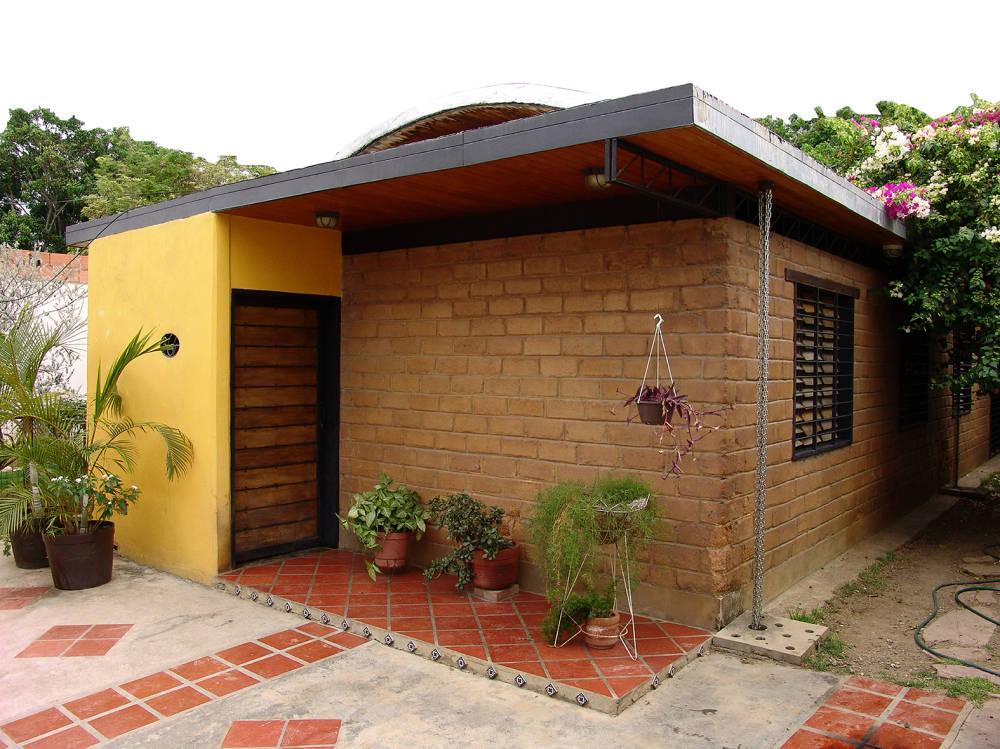 15 casitas sencillas para que te animes a construir la tuya for Casa moderna ladrillo