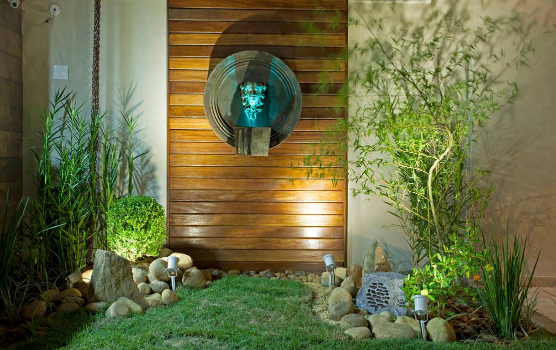 15 jardines peque os para la entrada de tu casa for Jardines pequenos con luces
