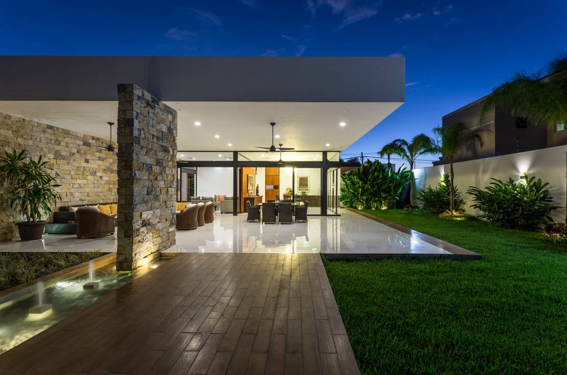 25 terrazas modernas y abiertas al jard n que te van a for Casas con balcon y terraza