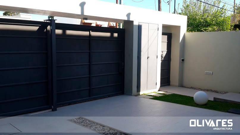 15 puertas y portones para proteger tu casa con estilo for Garajes modernos interiores