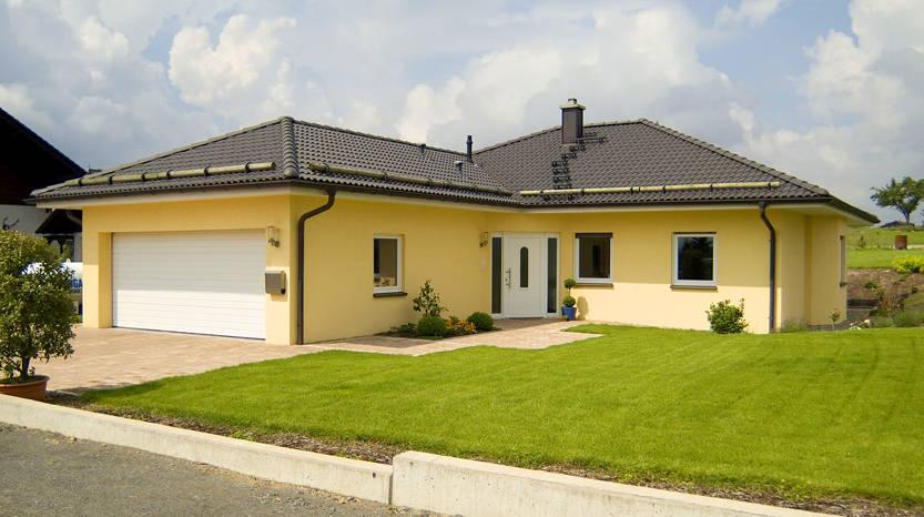 Winkelbungalow mit angebauter Garage by Albert-Haus Musterhaus ...