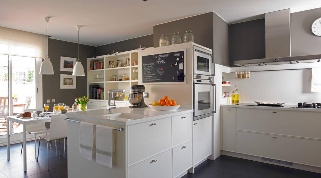 Una cocina y un planchador luminosos en un tico de - Cocinas en forma de ele ...