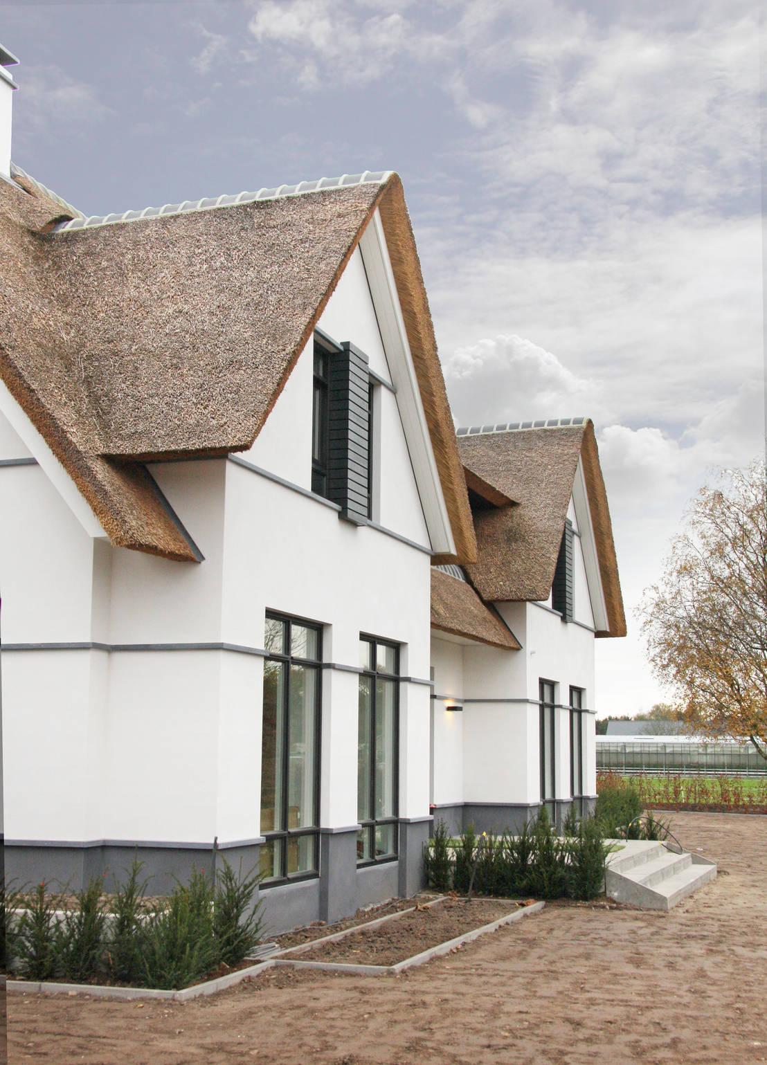 Witte villa met rieten dak door arend groenewegen for Architect landelijk