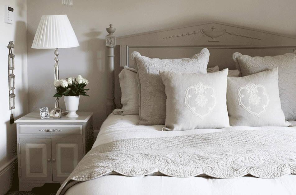 modernes landhausstil schlafzimmer in offwhite  taupe von
