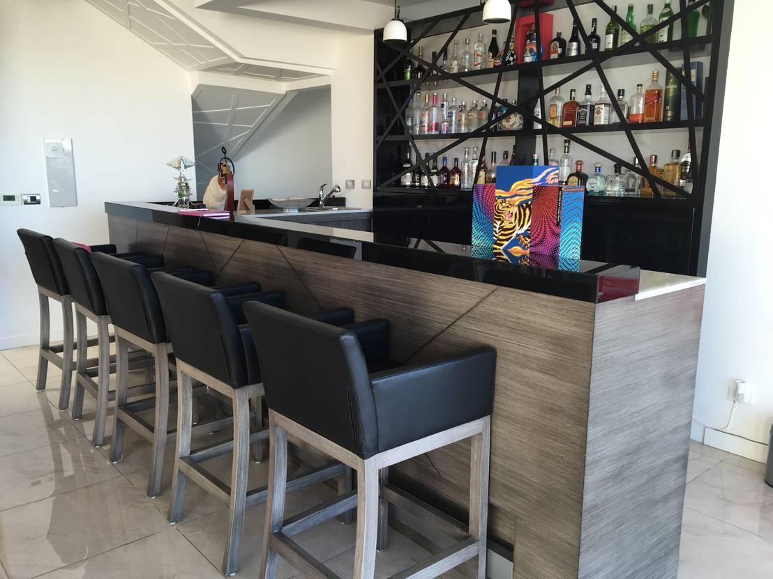 23 ideas de mini bares que te van a inspirar a tener el for Bares modernos de madera