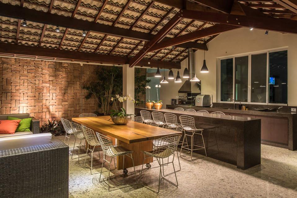 Un patio con terraza y asador perfecta para recibir a los for Ver patios decorados