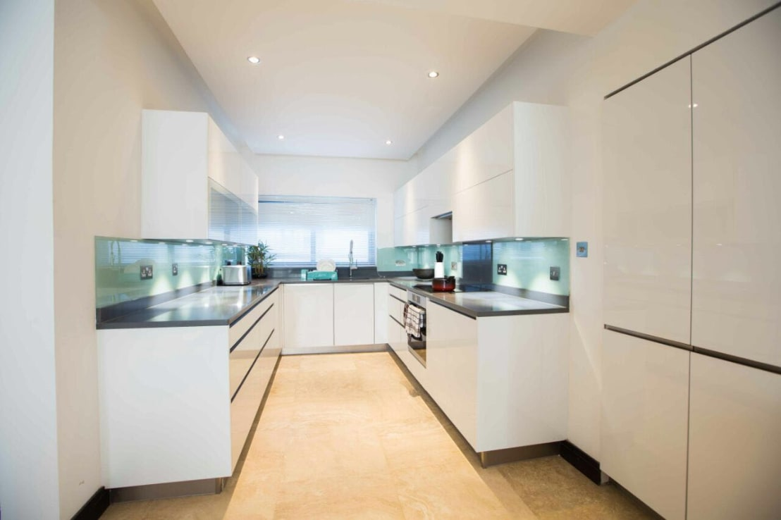 White gloss u shape kitchen by schmidt kitchens barnet for Interior decoration ghana