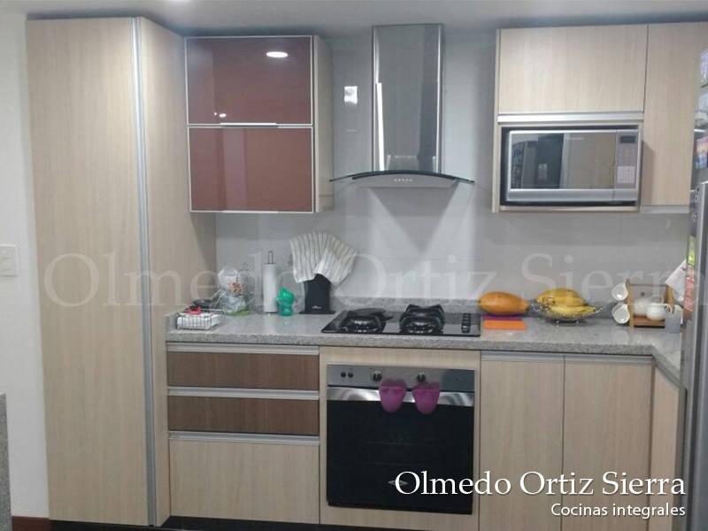 Cocina integral beige y gris de cocinas integrales olmedo for Cocina integral