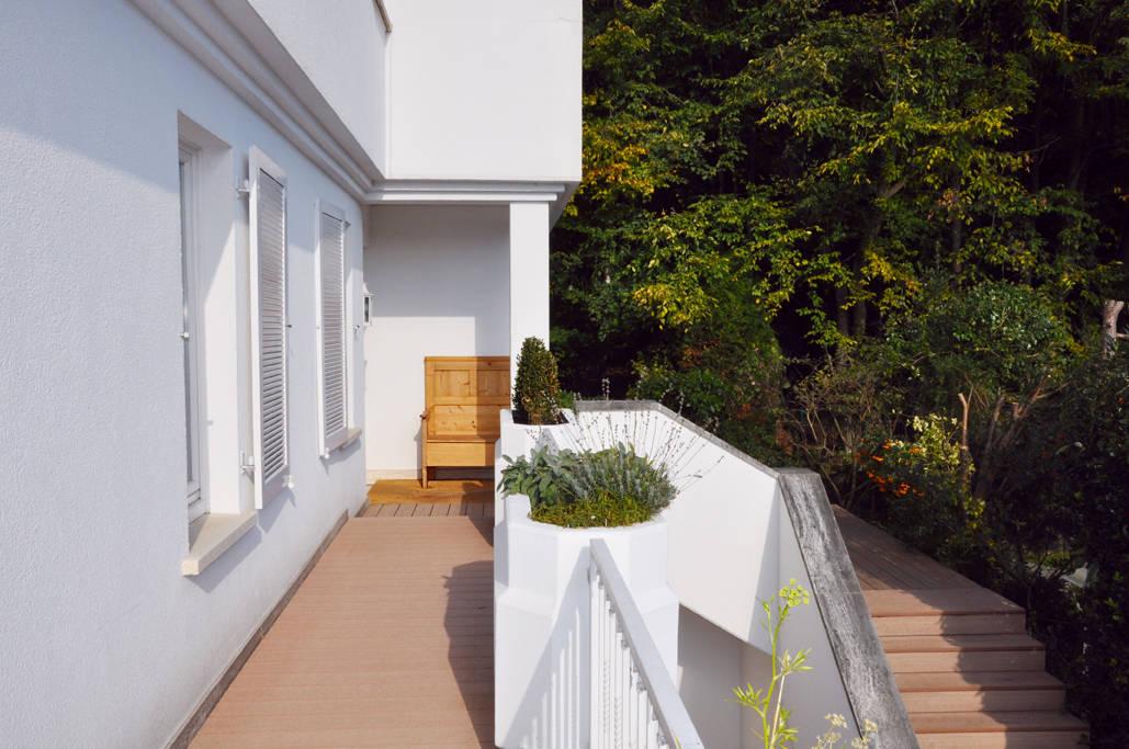 Modernes haus mit umlaufendem wpc balkonbelag by mydeck for Modernes haus mit holzfenster