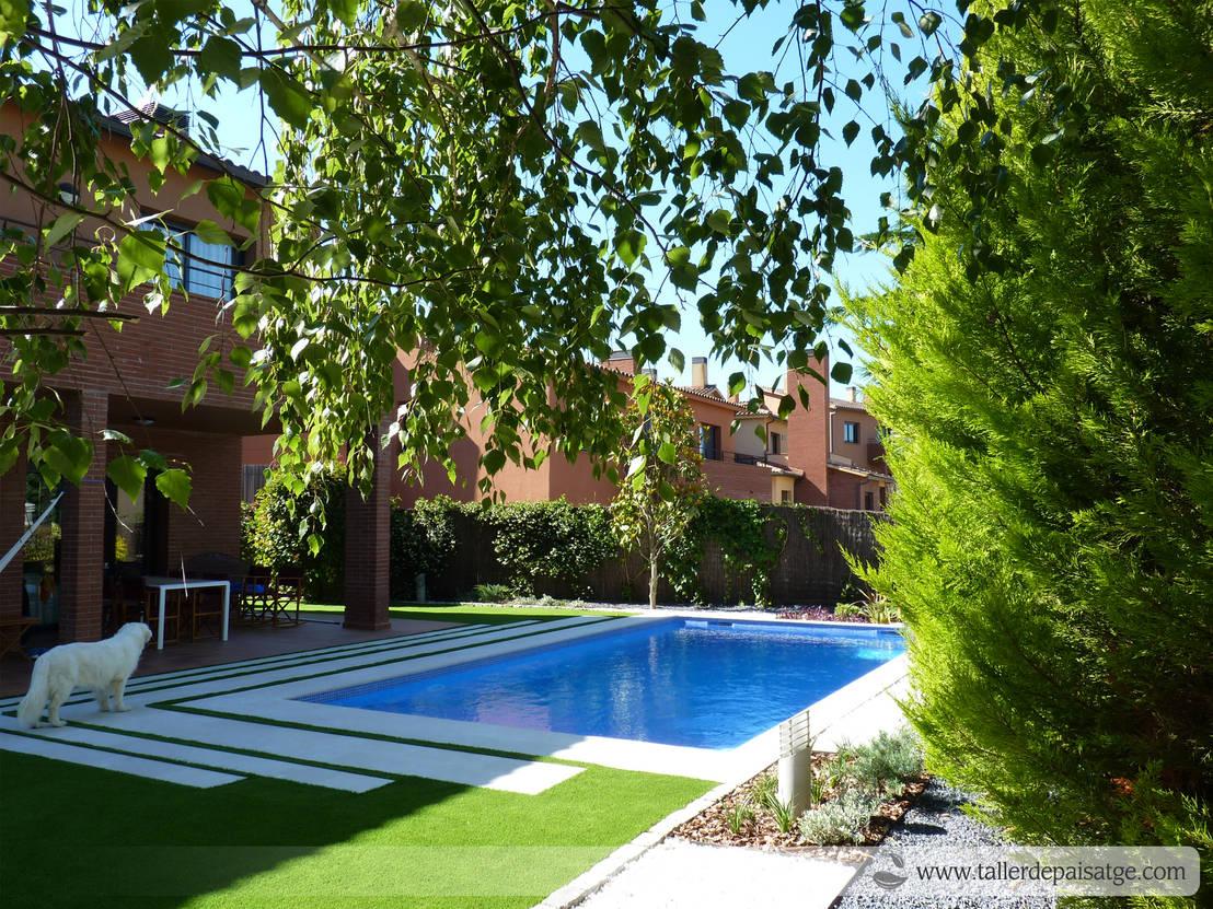Jard n y piscina en el valles de taller de paisatge homify - Piscinas y jardines ...
