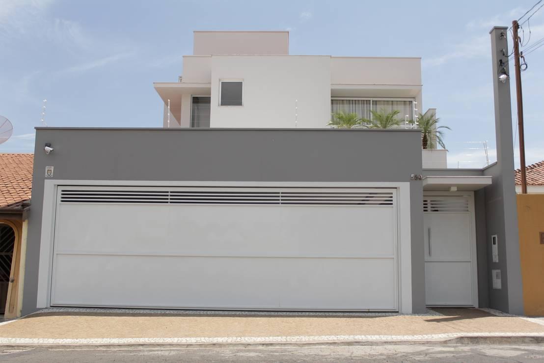 Casa cerrada al exterior pero hermosa en su interior for Casas pintadas de gris interior