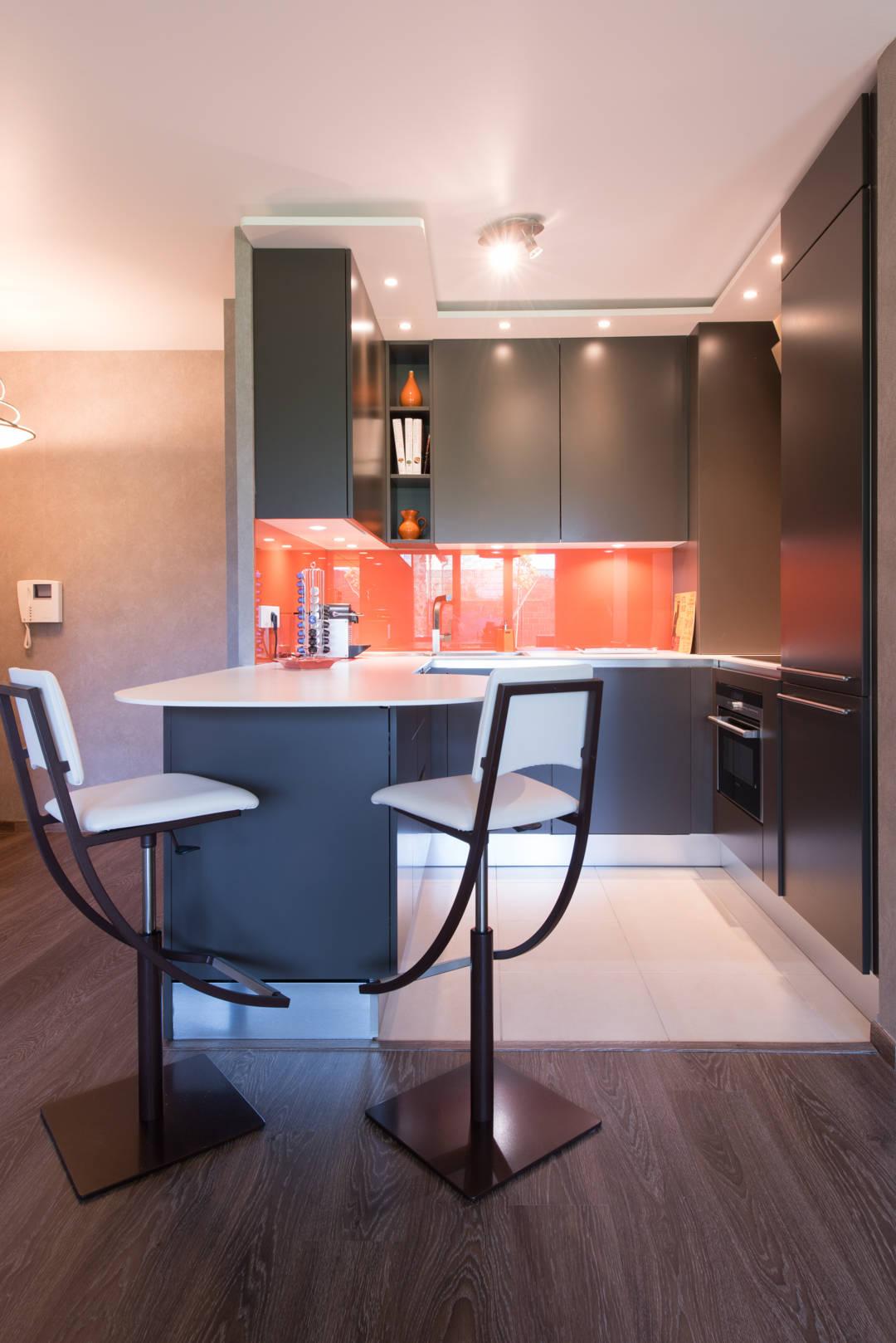 cuisine orange laqu mod le sigma ouverte sur salon style chic et moderne de la cuisine dans. Black Bedroom Furniture Sets. Home Design Ideas