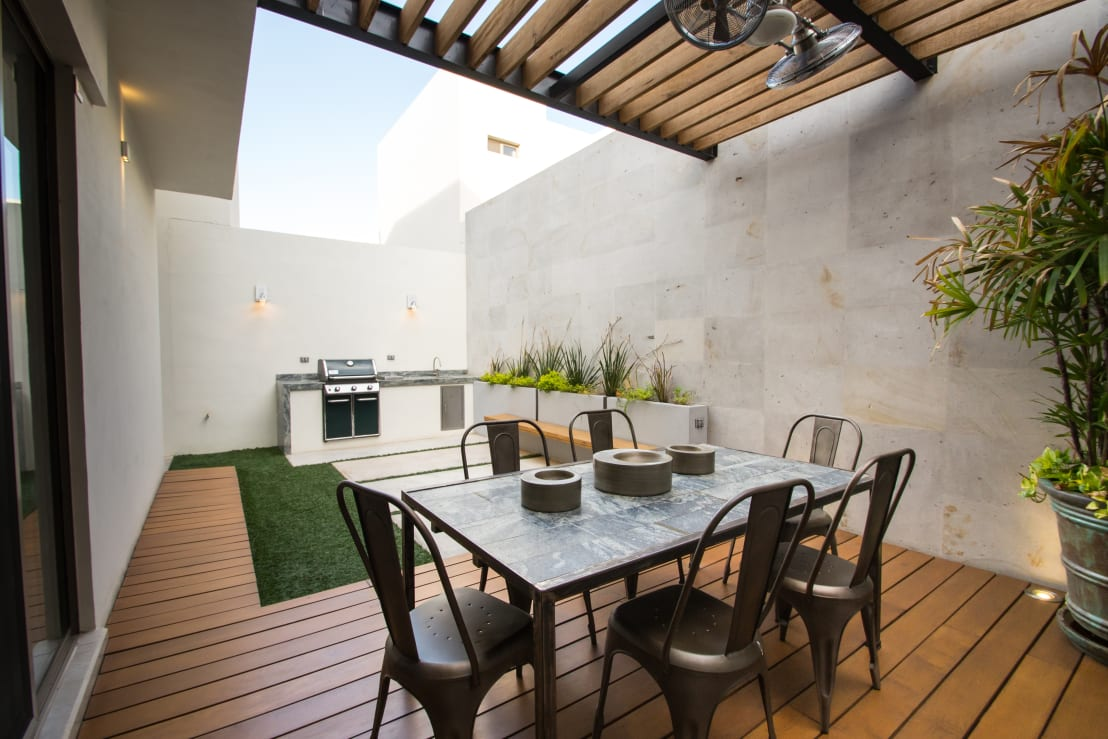 20 patios y terrazas con pisos de madera sensacionales for Ideas de terrazas para casas