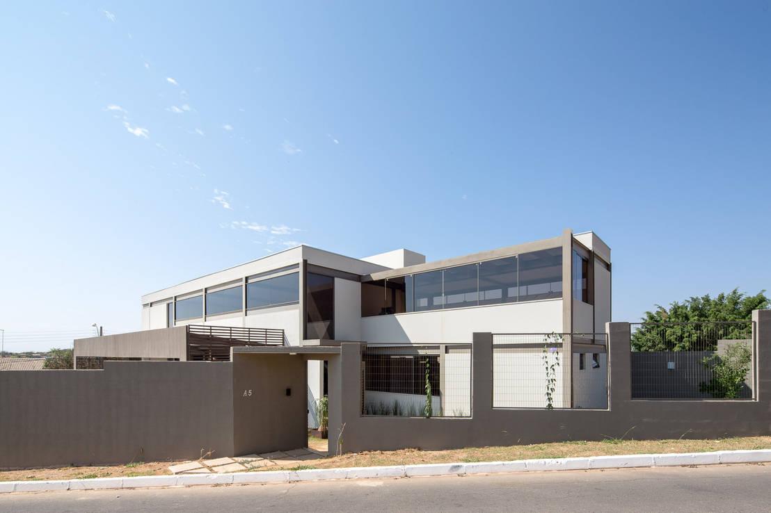 Por fuera simple por dentro moderna y maravillosa for Casa moderna por fuera