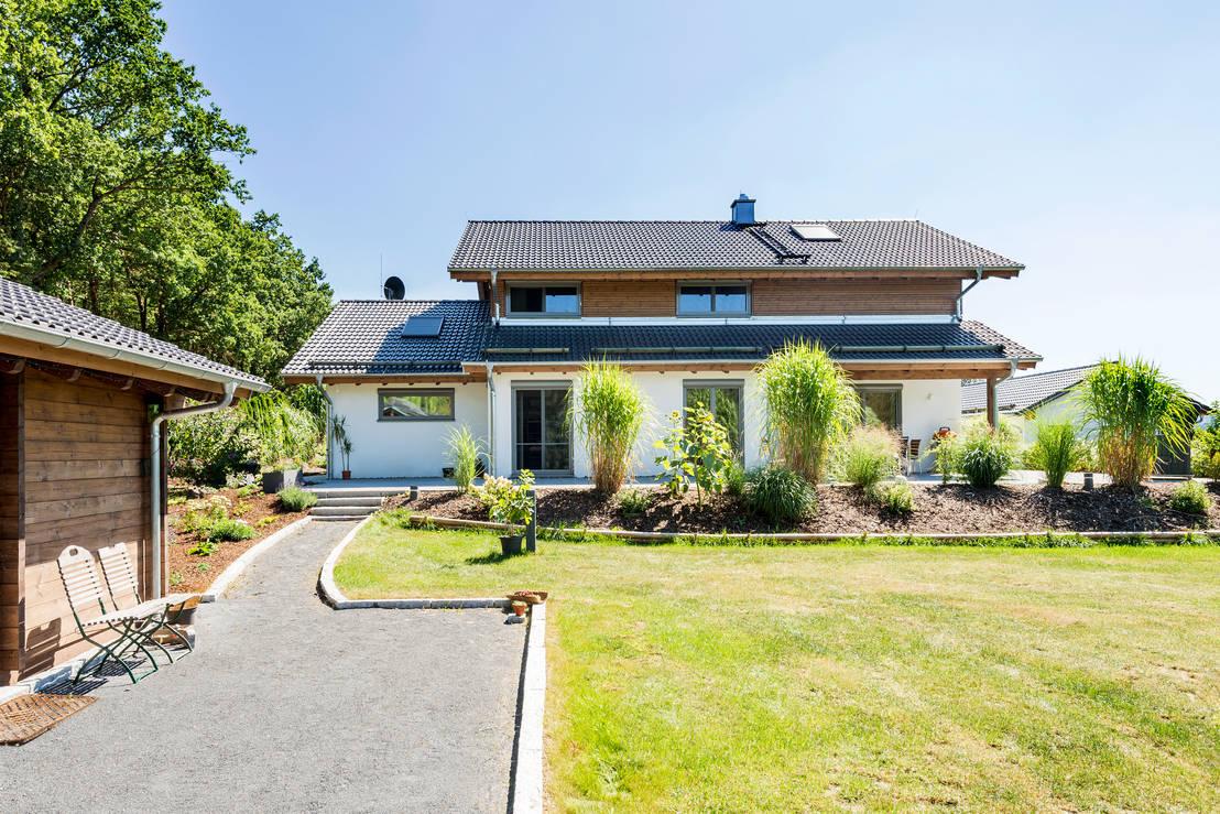 Schick und klassisch einfamilienhaus mit viel holz for Einfamilienhaus klassisch